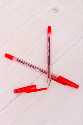 Ручка шариковая (красного цвета)